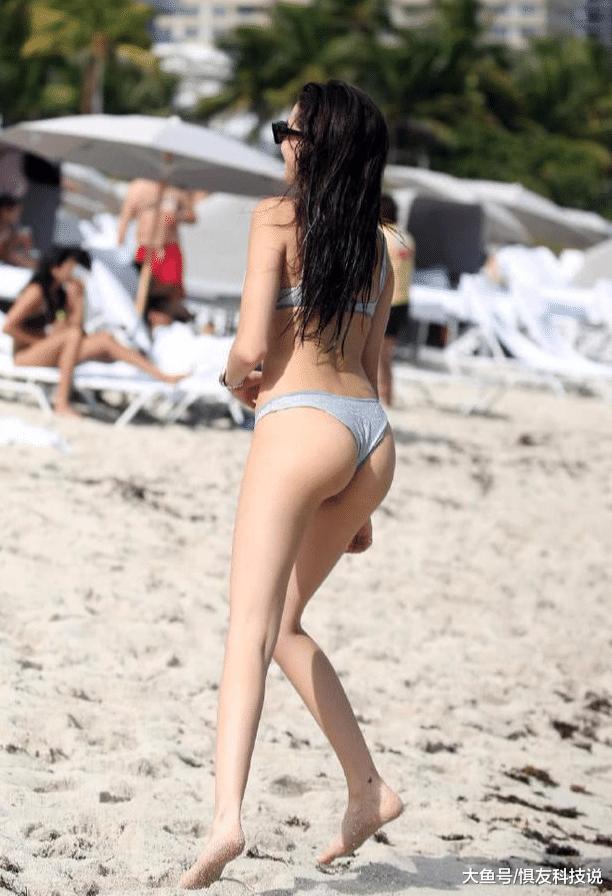 啤酒妹继续海边戏水, 看她的肱三头肌就知道好身材是炼出来的