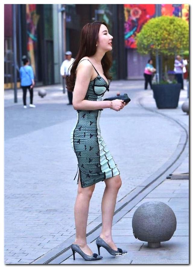 街拍: 辣妈在哪报的健身房, 这身材恐怕小姑娘都比不了