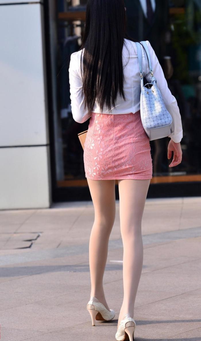 街拍: 粉色包臀裙搭配白色长袖, 美女身材高挑迷人