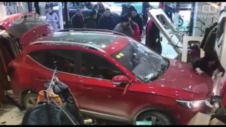 惊险瞬间!男子无证驾驶撞进服装店,女店员被撞顶墙上哀嚎救命
