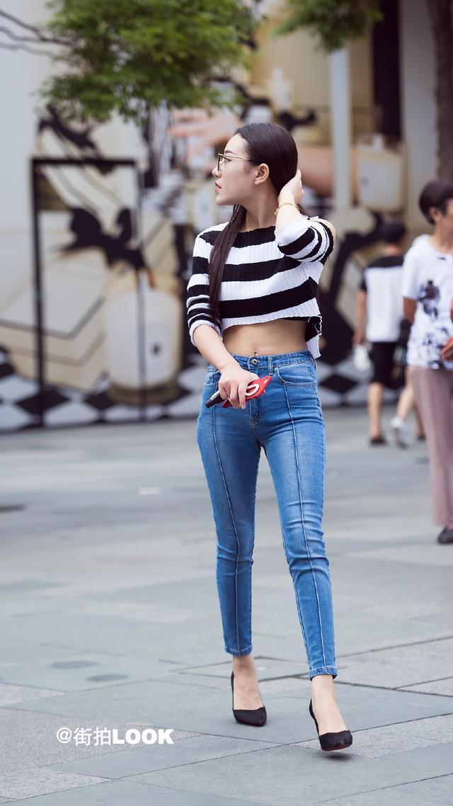 短款条纹针织衫搭配修身牛仔裤,休闲,自然又很好看,加上高跟鞋也很有