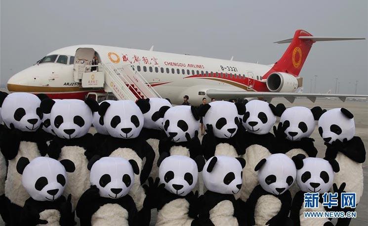 资料图:2016年6月28日,扮成熊猫的工作人员纪念ARJ21-700投入商业运营。 6月28日,由国产支线飞机ARJ21-700执飞的EU6679航班从四川成都双流机场起飞飞往上海虹桥机场。标志着我国自主研制的首架喷气式支线客机ARJ21正式投入商业运营。(新华社记者 丁汀 摄) 艰难困苦,玉汝于成 当然,如此肥田沃土,要想挤进去也并非易事。近几十年来,大型民航客机的国际干线市场一直被波音和空客两大寡头所垄断。而技术壁垒、资金成本、以及国际政治因素等都为它们筑起一道隐形的墙,这道墙使任何想要染