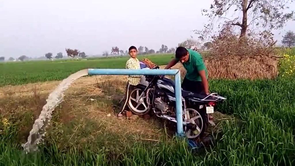 印度小哥用摩托车来抽水,淋完这块田,摩托会不会报废?
