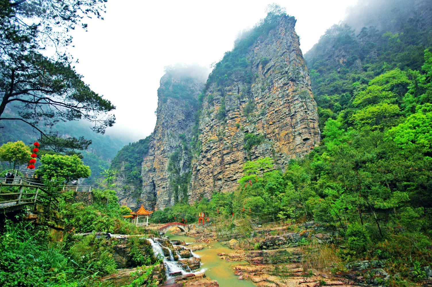 莲都十里画廊风景区位于封开县莲都镇内,是龙山风景名胜区辖下最大的