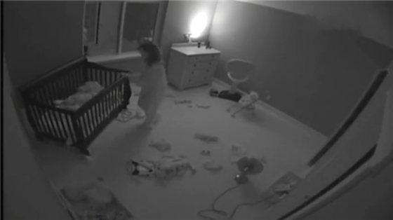 爸妈轮流哄宝宝睡觉, 刚出房间宝宝又跑出来了, 带娃真不容易-防爆电动阀