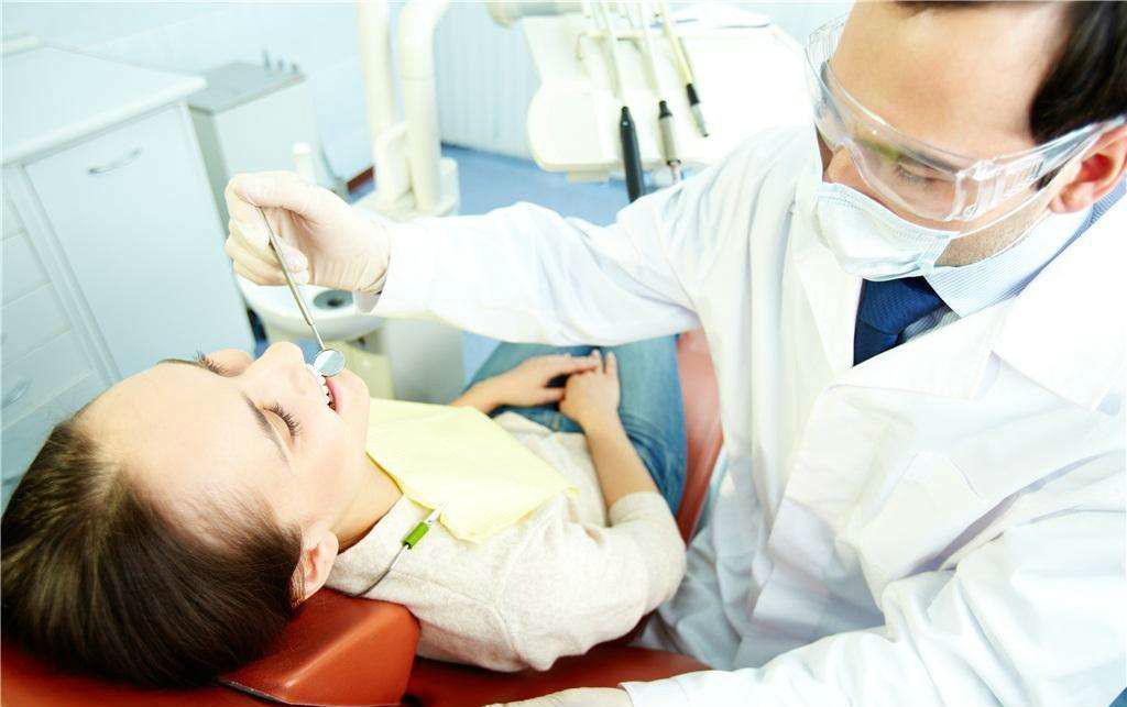 女大学生牙龈发黑, 怀疑自己得牙龈癌, 医生却说没大事