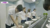 男子在厕所,却进来三个女生