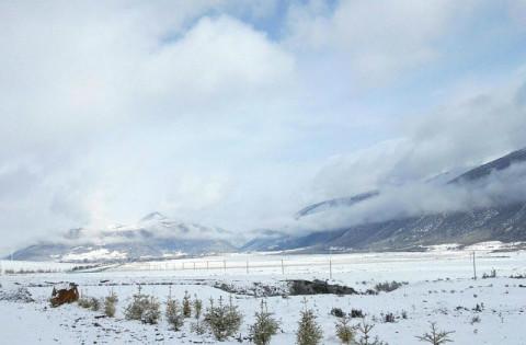 四川甘孜稻城八月雪花飘舞 世界海拔最高民用机场银装