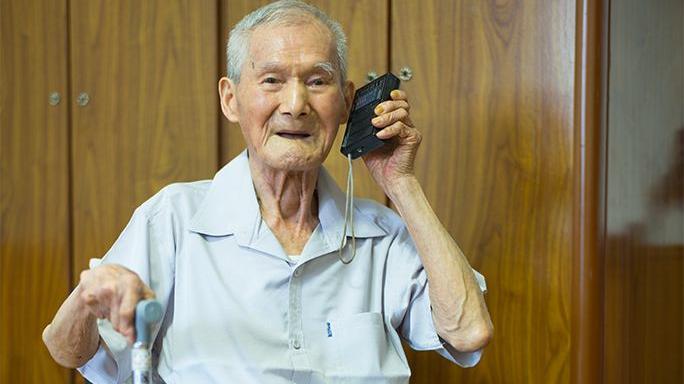 """若你50岁别总看电视, 瞧这""""新式收音机"""", 遛弯携带特方便"""