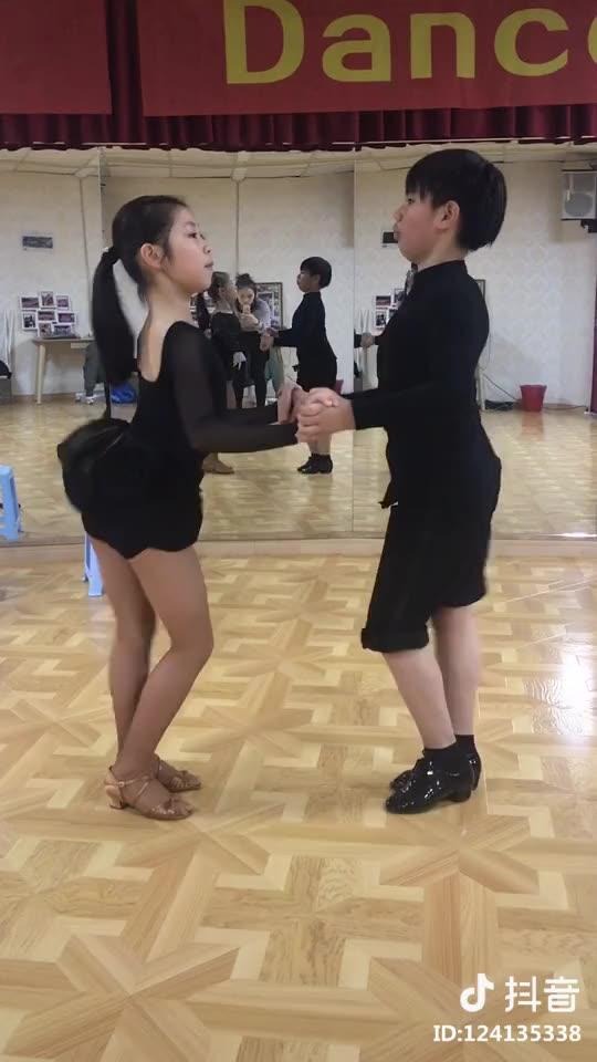 圆梦舞蹈: 双人的身体控制。朱胤辰,缪苗