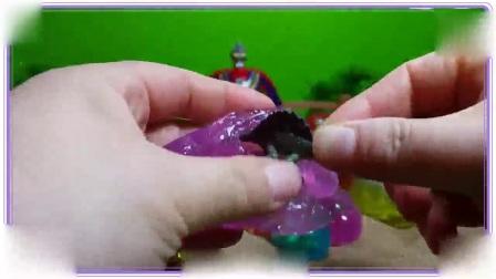 比得兔与小猪佩奇一起在沙滩拆水晶玩具蛋,樱桃小丸子 猪猪侠