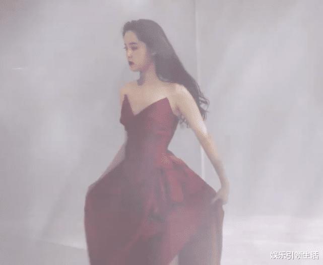 正在国外求学的欧阳娜娜,欧阳娜娜挑战了酒红色的吊带抹胸裙,这身材绝了