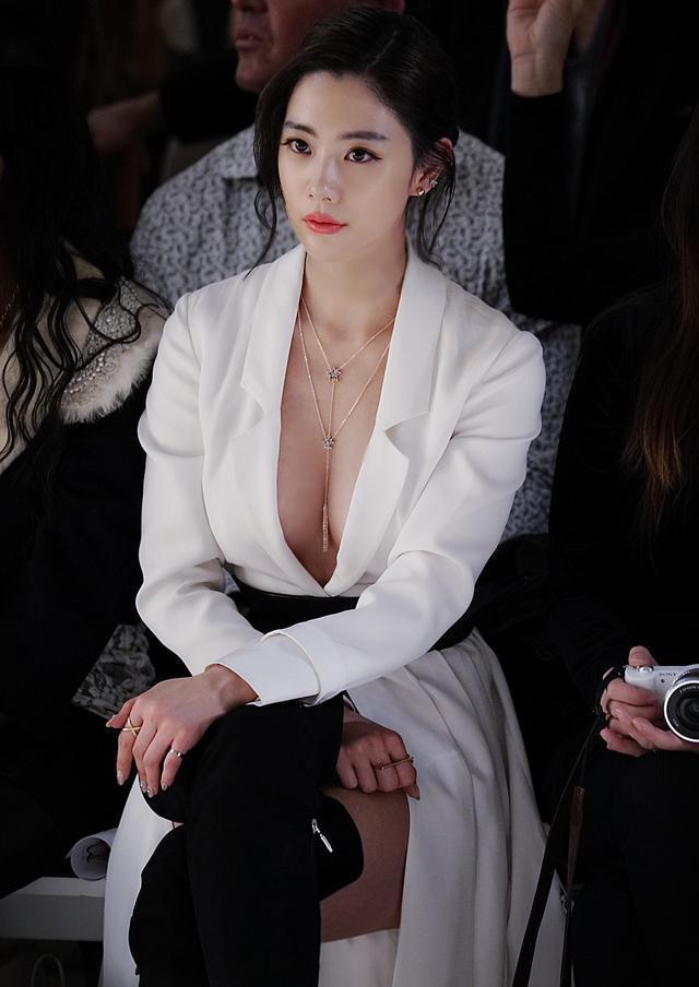 """亚洲第一美女李成敏真性感, 穿超薄""""蕾丝衣""""出场, 性感撩人"""