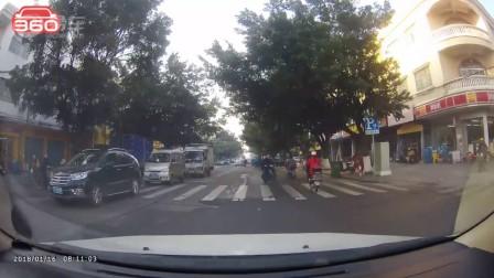 摩托车路口摔倒车前,好险啊