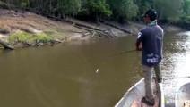 钓鱼 小伙这样子钓鱼都能钓上这么大一条鱼