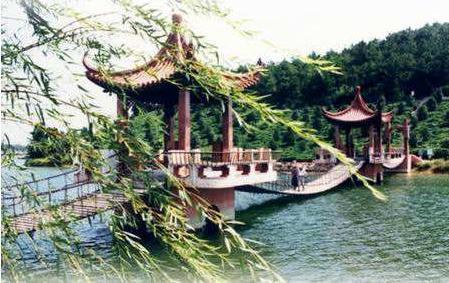 嬉戏谷,春秋淹城等主题公园和天目湖,南山,太湖湾,滆湖等自然风景区.