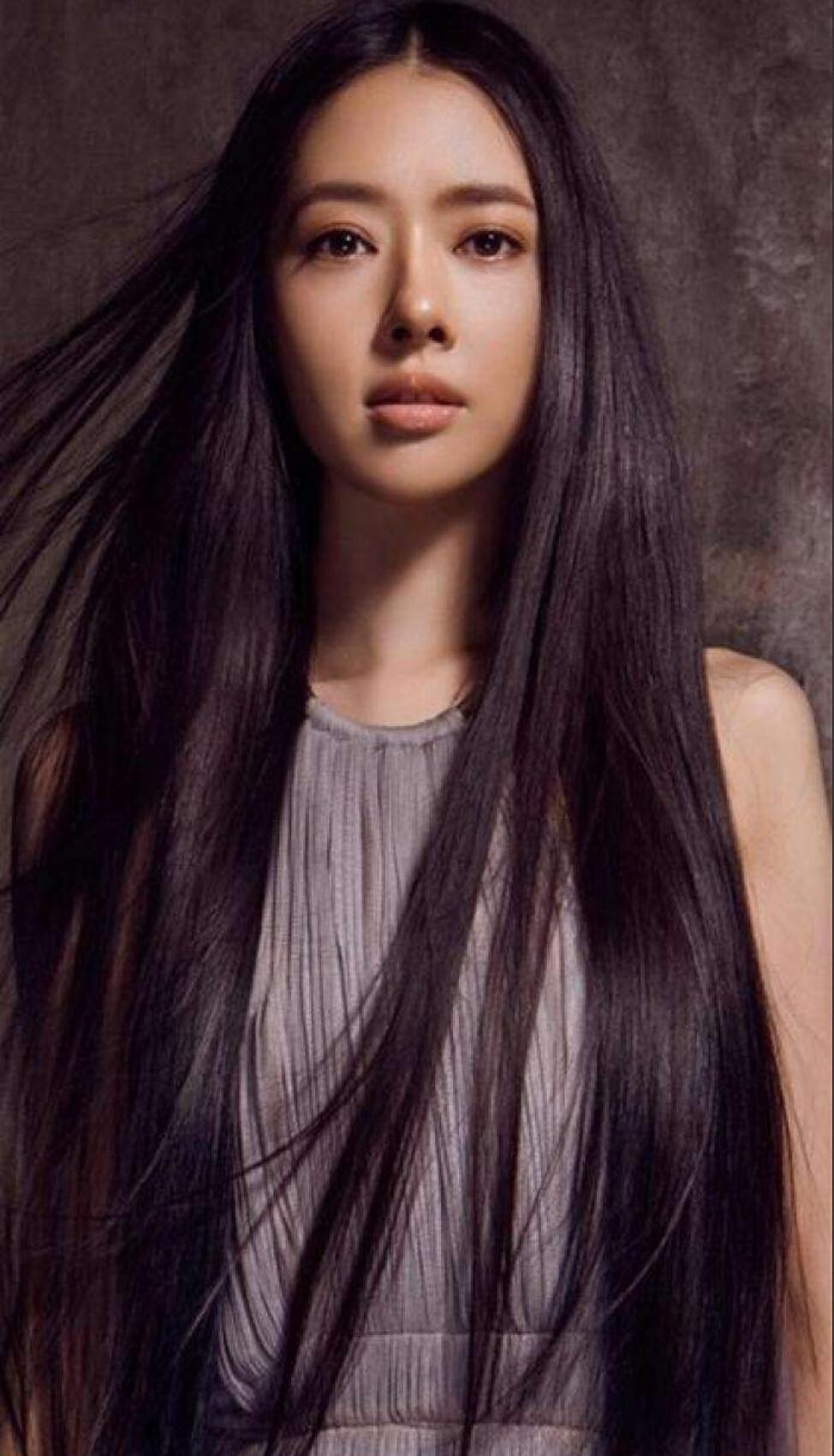 头长发比较好看,特别是又黑又长又直的头发,光是看背影就有够吸引人的图片