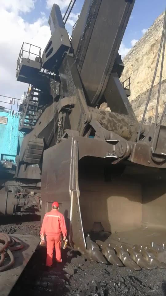 煤老板家的挖掘机,启动一下1500元