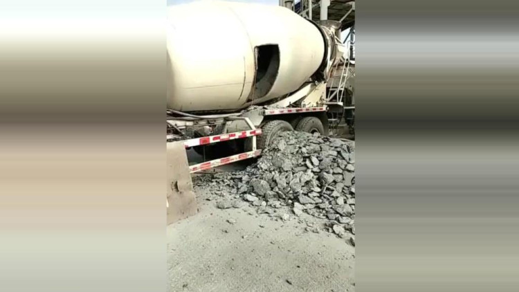搅拌车司机睡着了,醒来后水泥全部凝固在里面 5天都还没清除完