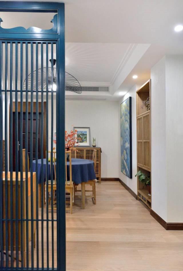 从客厅看向入户门,用栅格屏风做了隔断,空间划分,同时风水遮挡