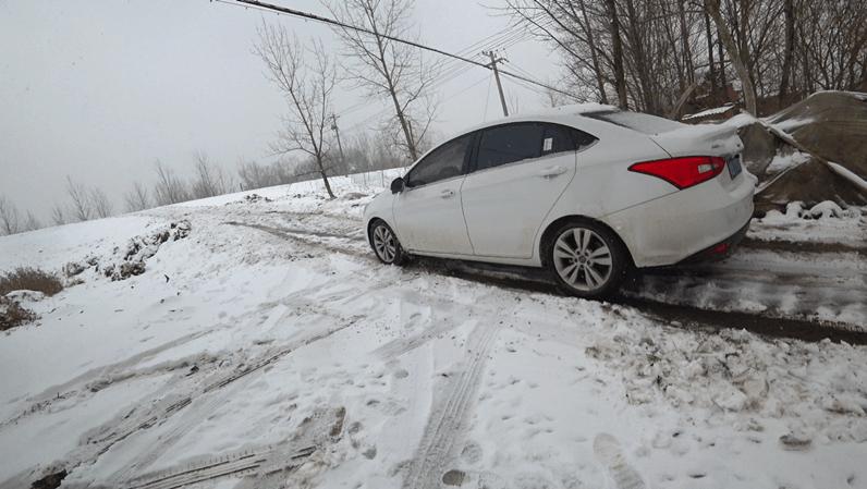 2018年第一场雪,开车新手车被大雪困在村头,这爬坡技术,驾照买的吧