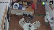 宾馆前台,两名女服务员正在工作,监控却突然记录下这一幕