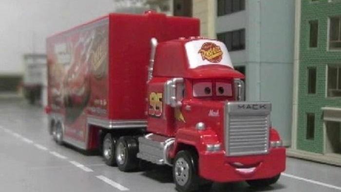 大货车装载小赛车们去旅行