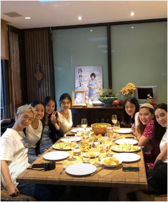 今年的伊能静已经52岁了,眉眼间像极了爸爸庾澄庆,照片中的哈利正和6个美女聚餐