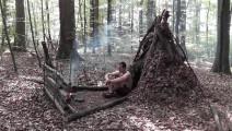 野外生存训练,如何快速搭建庇护所?