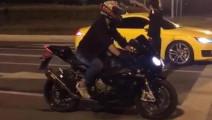 小伙开奥迪TT测速,与摩托车飙车,怎料是这结局!