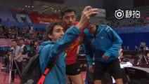 昨天的乒乓球亚锦赛,张继科生生把正式比赛打成了表演赛,对手赛后还追着合影