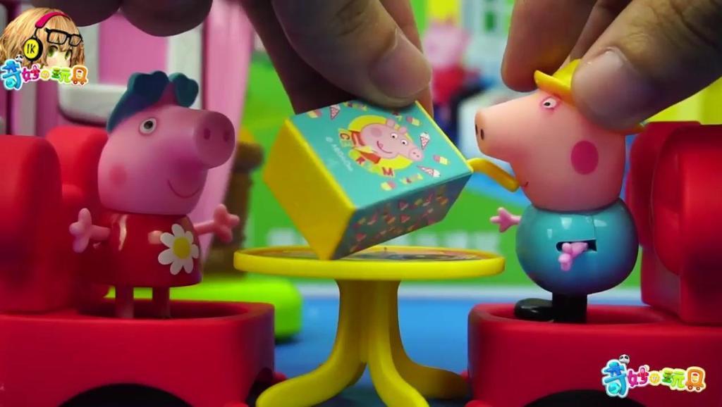 小猪佩奇一家子坐车去游乐场玩 玩具故事