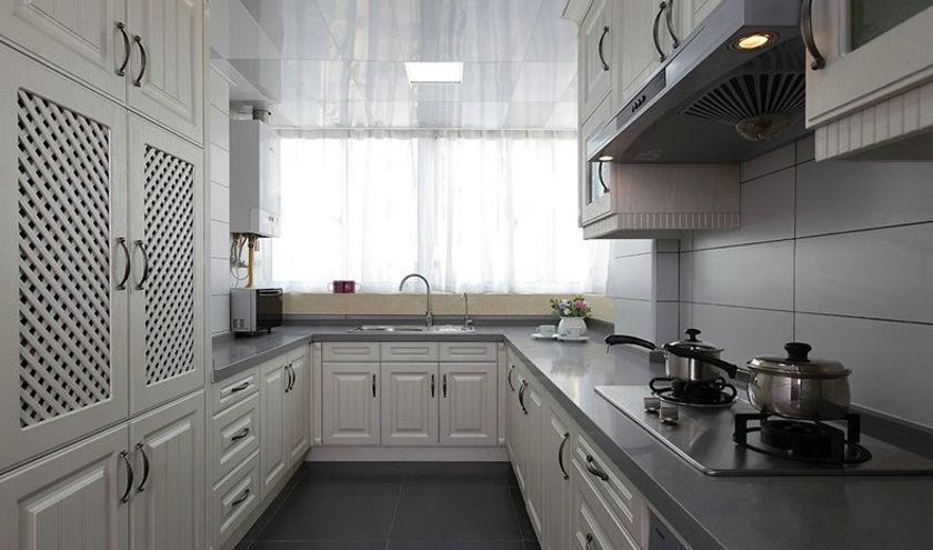 客厅白色的沙发给整体带去了一份浪漫的情调,?#22402;?#30340;软装装饰物呼应了设计的主题,十分的好看唯美。木黄色的墙面更加的富有温馨的?#33455;酰?#30005;视背景墙的格纹也满是浪漫的气息。 餐厅  餐厅处最显眼的就是墙上的装饰物,充满了现代感的美式风格,既不失时尚也不失风格。 卧室  卧室?#26377;?#20102;客厅的风格,?#20219;?#39336;又朴素,给人一种很舒服的?#33455;酢?厨房  厨房整体明亮干净,白色的橱柜和灰色搭配得非常的得体,想必在里面做饭是一种享受吧。 卫生间  卫生间做了干湿分离的设计,洗手台非常的有设计?#23567;? width=