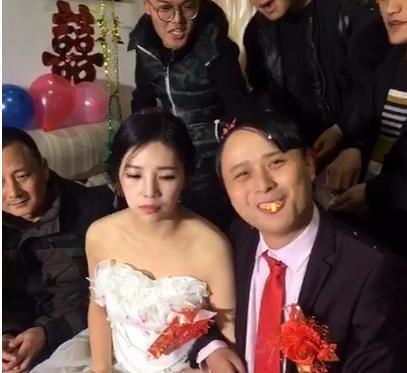 婚礼上, 新娘被新郎亲 吐 , 父亲一脸无奈