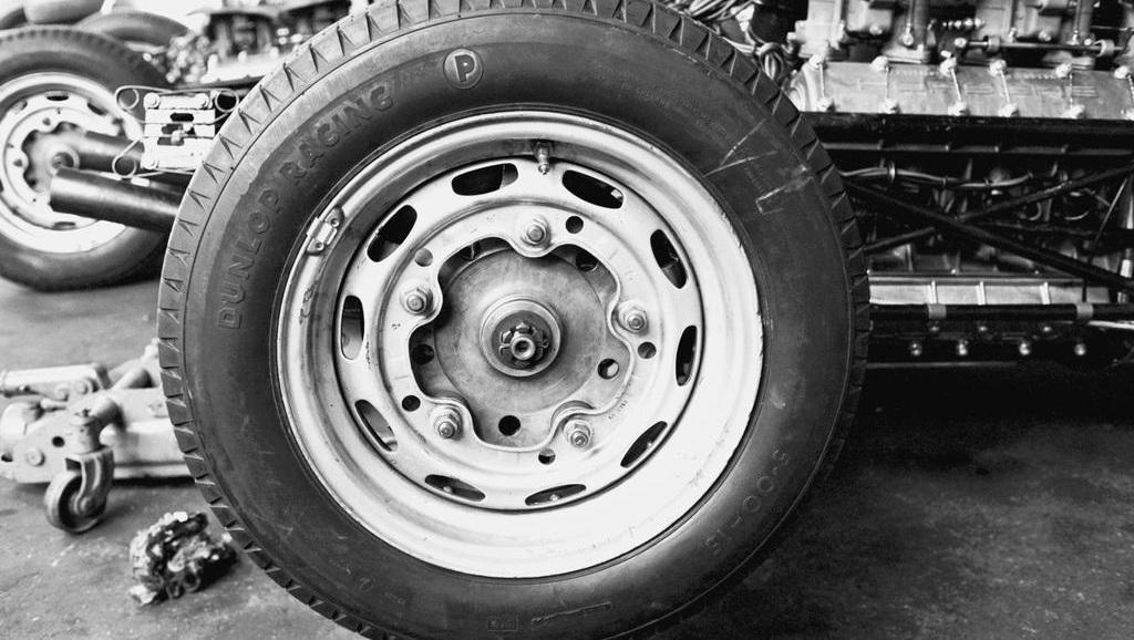 普通轮胎和豪车轮胎的差距到底在哪?看看这个实验