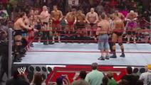 WWE约翰塞纳和仇人毒蛇兰迪奥顿联手,上演二打十五!