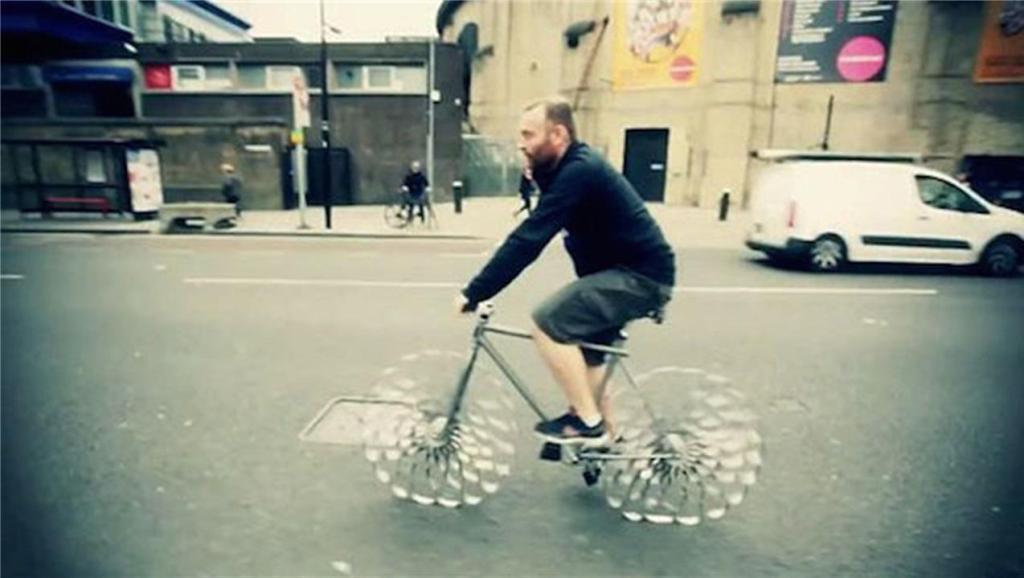 世界唯一没轮胎自行车: 不会爆胎不怕钉子扎,减震堪比豪车!