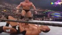 WWE 海曼频繁偷袭强森被猛烈反击,大布压制强森不服输被气疯