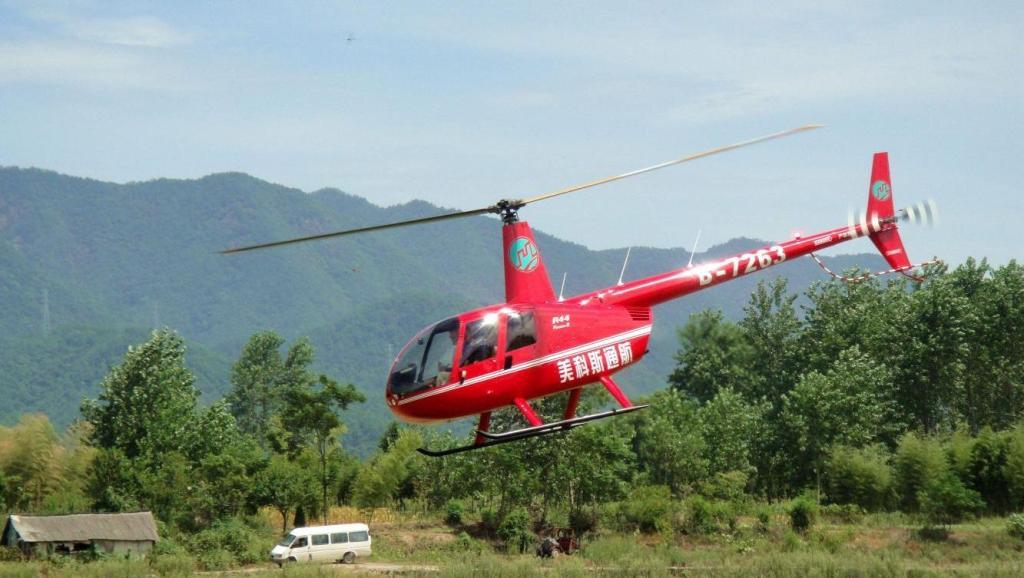 科技尬 消防直升机,直接从游泳池中取水救火