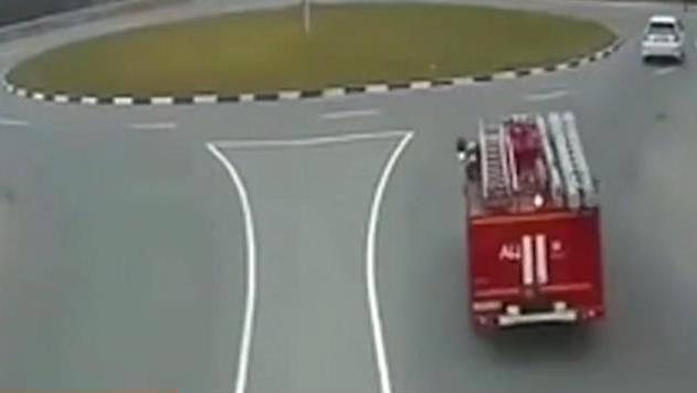 救人就要有十万火急的速度,看看这辆消防车司机的车技!