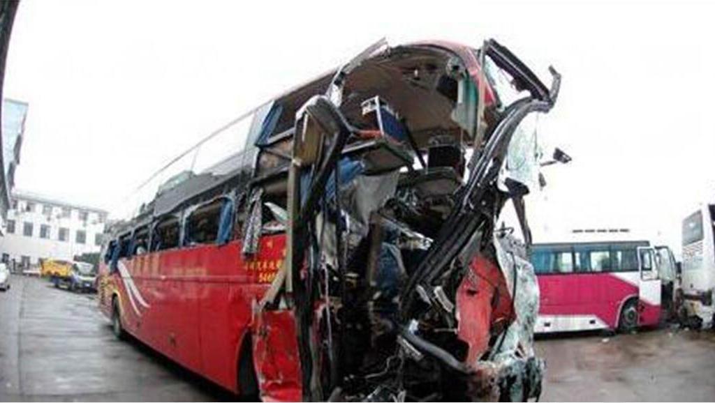 大客车司机高速倒车,乘客劝阻遭呵斥,5秒后,95%乘客为司机陪葬