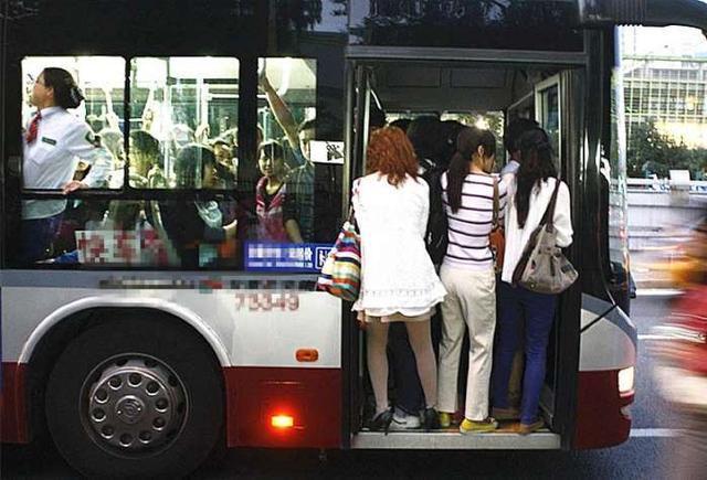 北京上班族女孩为了不迟到挤公交, 却时常遭遇说不出的尴尬