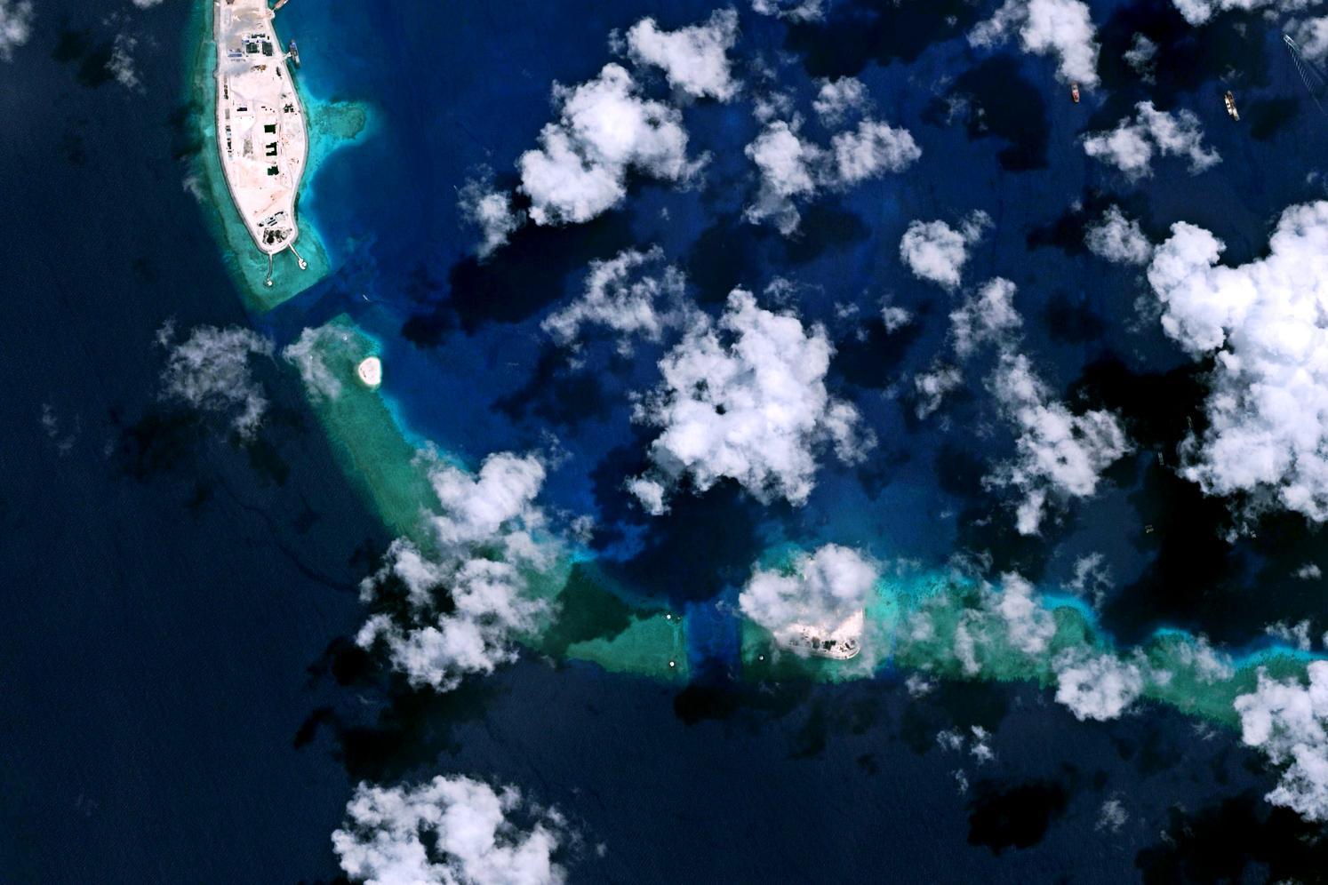 """因其有两个天然进出环礁的水道,美济礁解放前被我国渔民成为""""双门""""."""