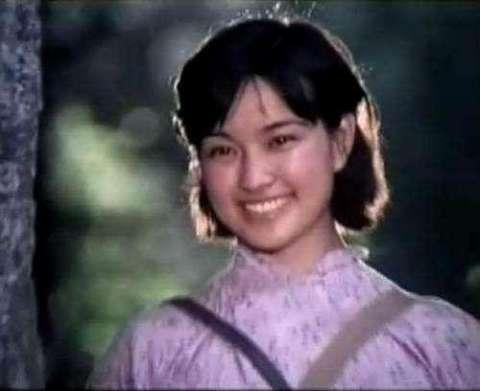 62岁刘晓庆近照, 草地自拍搔首弄姿似少女, 新发型令人瞩目