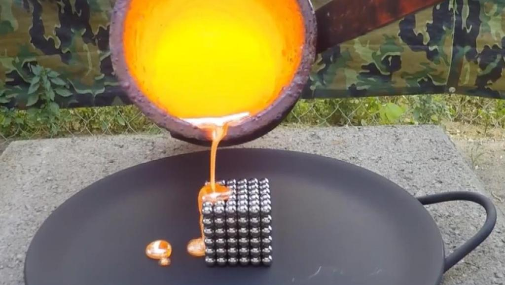 小伙把铜水倒在巴克球上,冷却后将竟变成这样,这是什么原理?