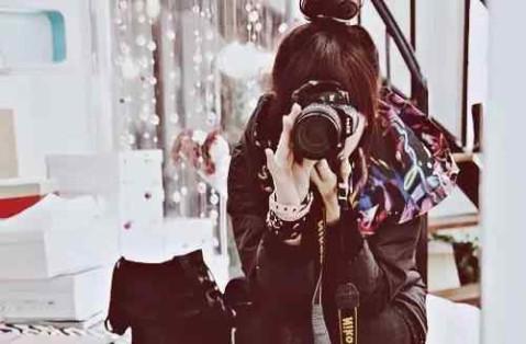拿相机的女人都很有爱心,爱护身边的一草一木,喜欢小动物,关心身边的
