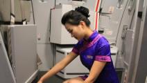 飞机上偶遇空姐卖萌,旅客们都蒙圈了!