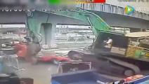 天桥下挖掘机正在上车,监控拍下这样的一幕