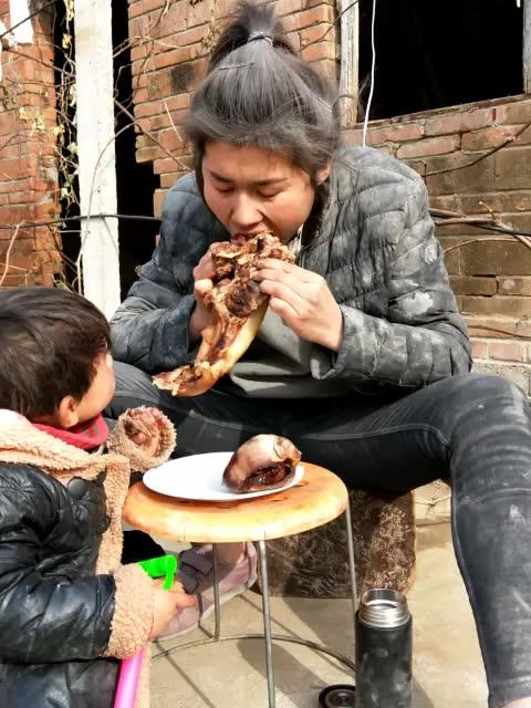 昨天妈妈煮的没吃完 今天回来跟女儿一起吃 下午抗水泥直播