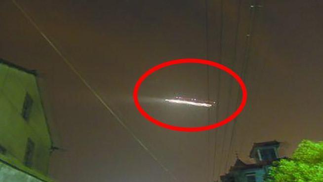 国外街头发现不明飞行物悬浮,能让人静止,专家不知所措!